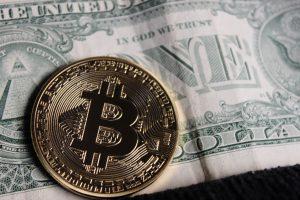 Cryptowährung auf einer Dollarnote
